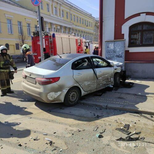 Два авто не поделили перекресток в центре Казани, пострадал один из водителей