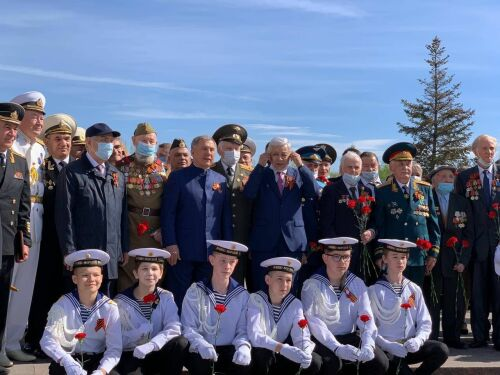 Гимн и минута молчания: Президент РТ возложил цветы к Вечному огню в Парке Победы