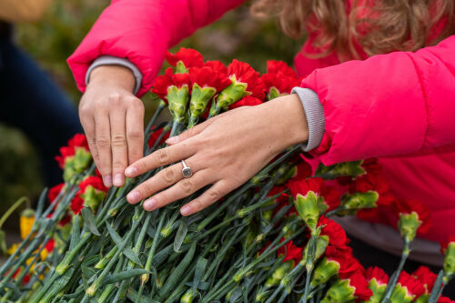 Участники Слета Национальной лиги студенческих клубов возложили цветы к мемориалу памяти погибших в Перми