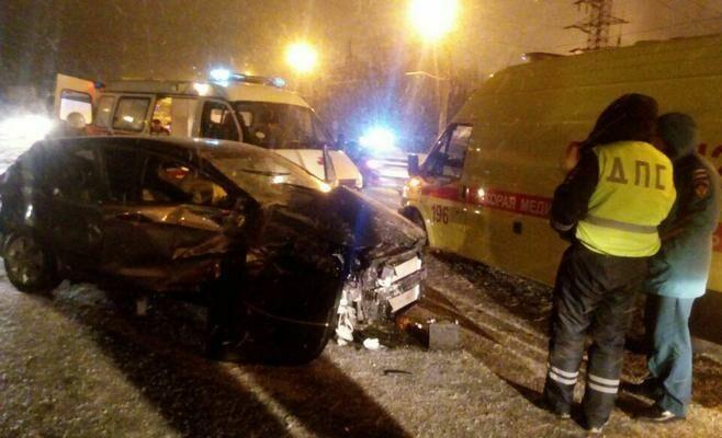 Три человека пострадали при столкновении двух иномарок в Нижнекамске