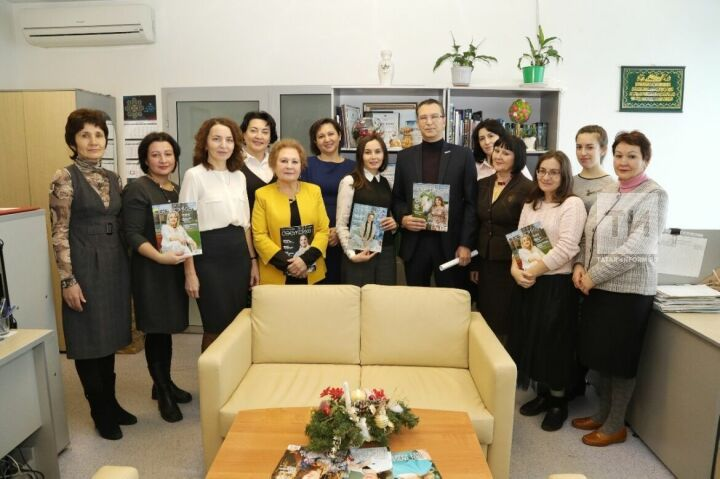 Главного редактора журнала «Сююмбике» Гульнару Сабирову представили коллективу издания