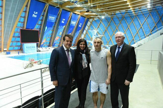 Казанский хайдайвер Игорь Семашко очаровал своим прыжком в воду мэра Парижа Анн Идальго