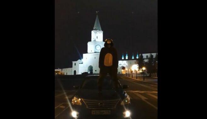 В Казани наказали водителя, который провез танцующего на капоте авто в костюме обезьяны