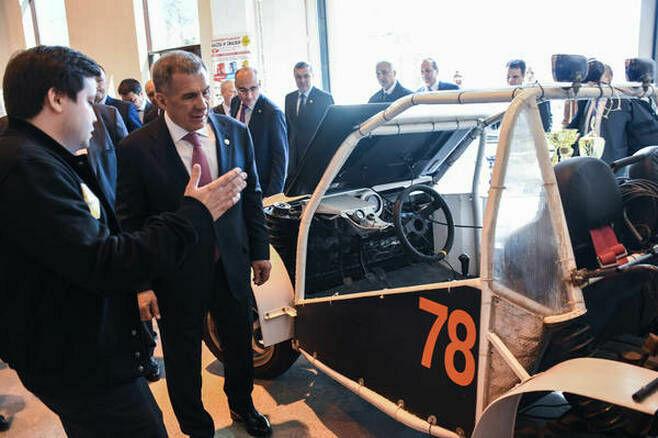 Команда Санкт-Петербургского политеха показала Рустаму Минниханову солнцемобиль