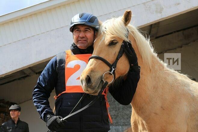 Василь Шайхразиев занял третье место на скачках лошадей татарской породы
