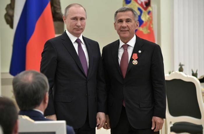 Путин вручил Минниханову орден Александра Невского