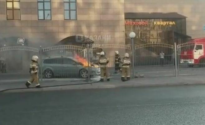 Видео: в Казани пожарные потушили загоревшийся автомобиль