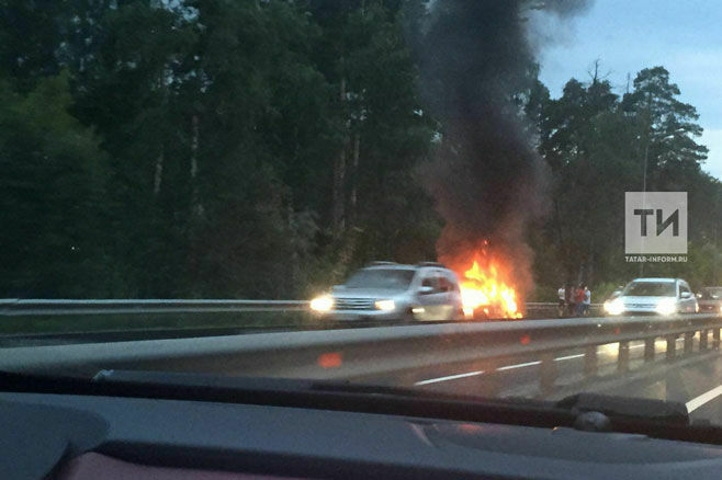 Видео: На Горьковском шоссе на въезде в Казань загорелся автомобиль