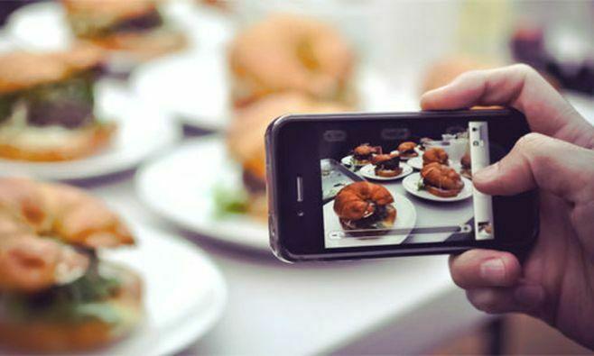Опрос: Жителей Казани раздражают пляжные селфи и фото еды в соцсетях
