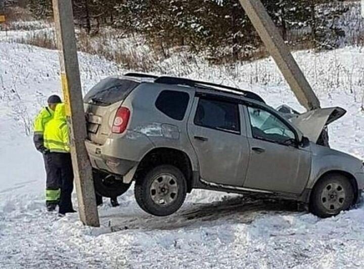 В Татарстане внедорожник вылетел с трассы и застрял между двух столбов