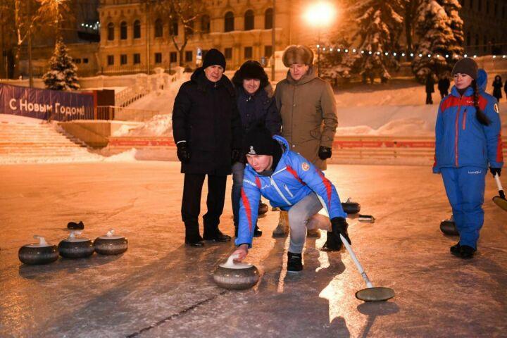 Президент РТ и мэр Казани сыграли в керлинг на «Черном озере»