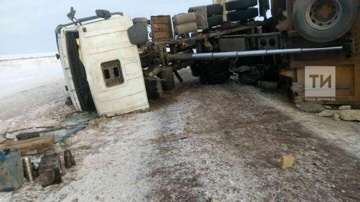 Самарскую легковушку с телами людей из-под грузовика в Новошешминском районе вытаскивали пожарные