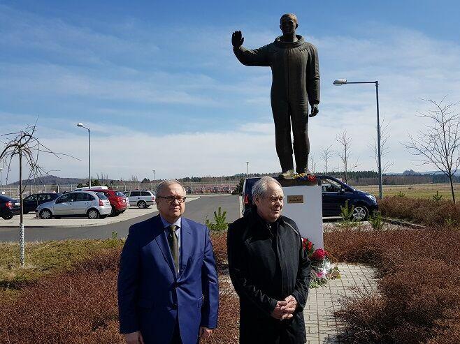 Минтимер Шаймиев возложил цветы кпамятнику Юрию Гагарину