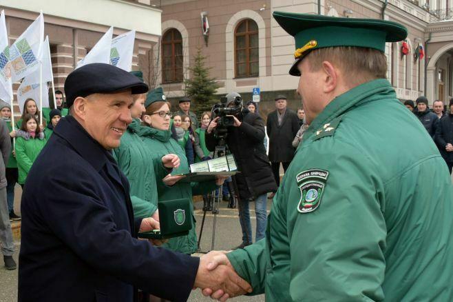 Президент Татарстана в Казани вручил экологам ключи от 16 автомобилей