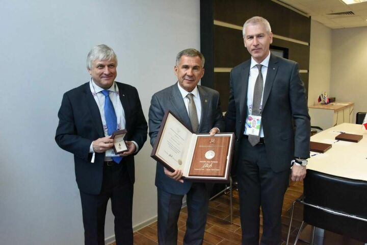 FISU наградила Рустама Минниханова медалью Жана Птижана
