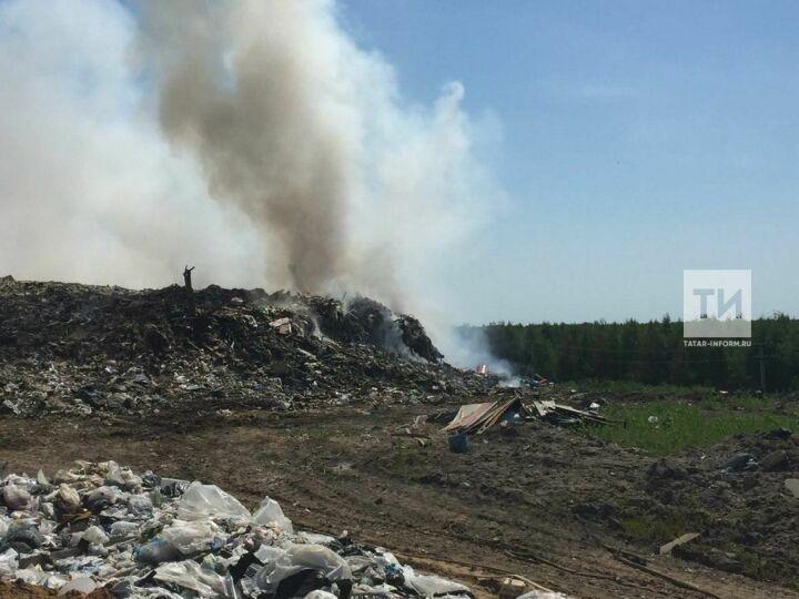 Тлеющую гору мусора в Лаишевском районе тушат с вертолета МЧС России
