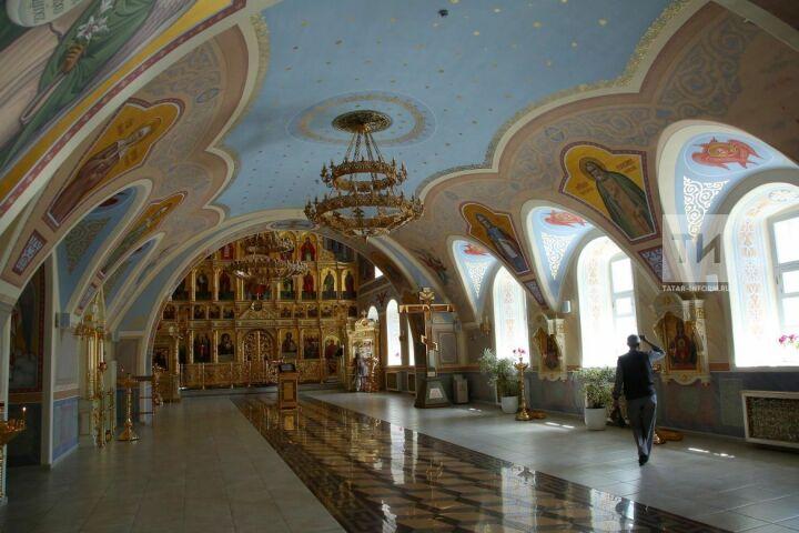 Реставраторы завершили роспись интерьеров Духосошественского храма Казани
