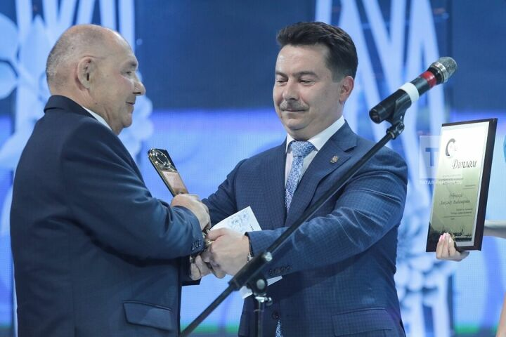 Марат Садыков наградил легенду здравоохранения Татарстана