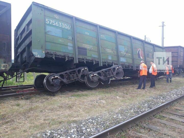 В Татарстане сошедший с рельсов вагон поезда к ночи поставили на колеса