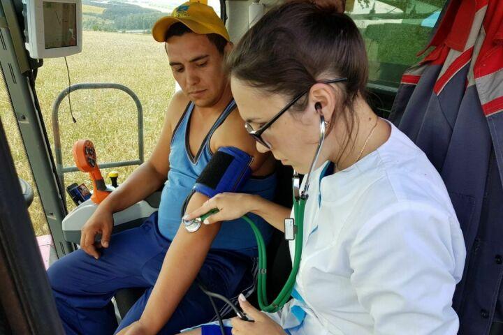 В Высокогорском районе для комбайнеров заработала выездная бригада медиков