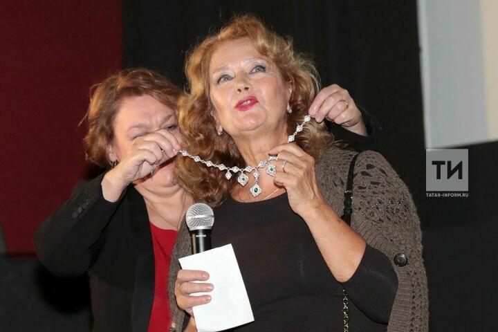 Ирина Алферова получила серебряное колье в подарок на Казанском кинофестивале