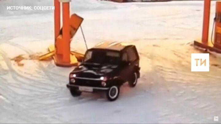 На видео сняли, как в Татарстане водитель «Нивы» вырвал автоколонку на АЗС