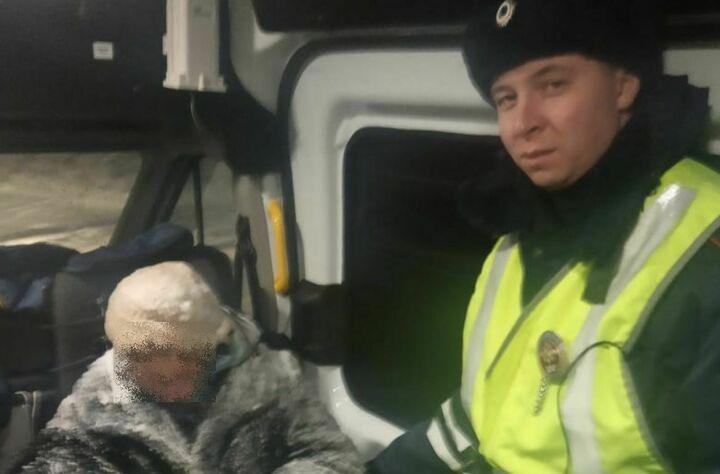 В Татарстане сотрудники ДПС помогли замерзающей на трассе пенсионерке