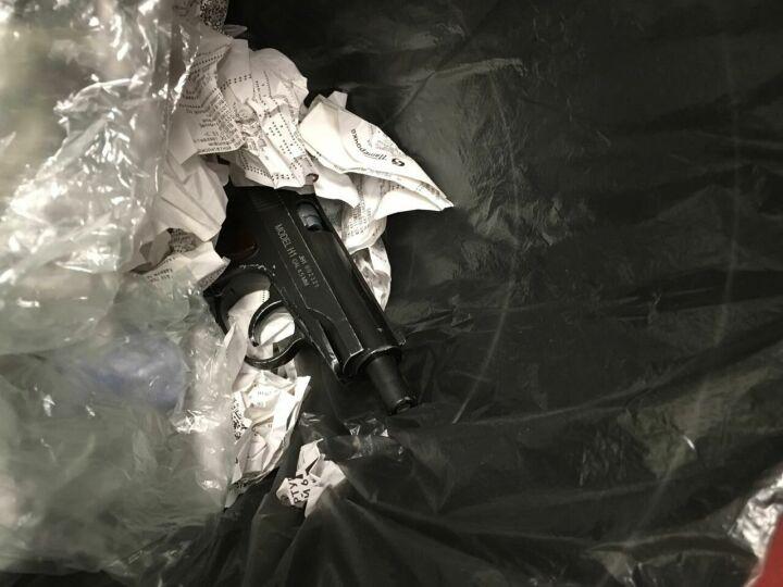 В Казани трое парней, у одного из которых был пистолет, разгромили продуктовый магазин