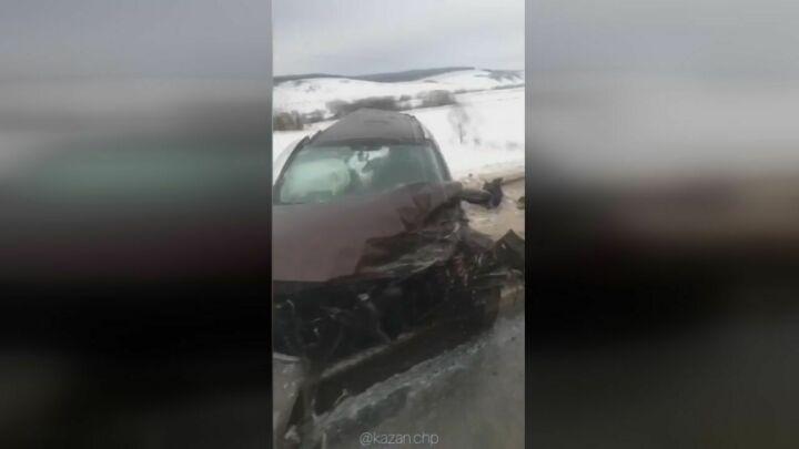 На камеру мобильного телефона попала страшная авария на трассе Альметьевск – Казань
