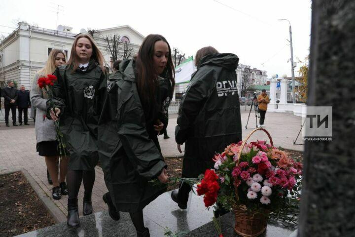 Казанские студенты возложили цветы к памятнику первому российскому министру юстиции Державину