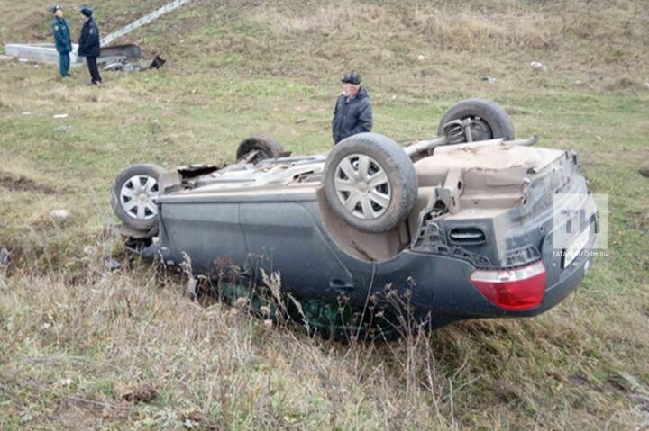 Авто с уснувшим водителем в Татарстане вылетело с дороги и перевернулось на крышу