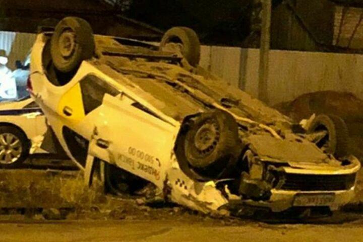 Пьяный водитель такси в Казани вылетел на трамвайные пути и перевернулся