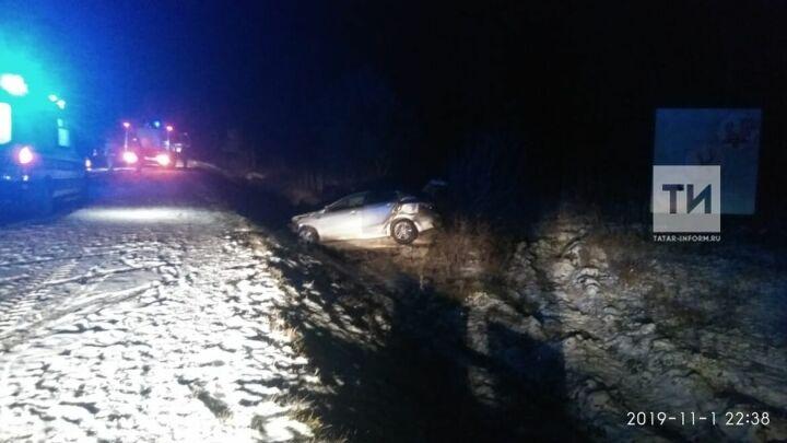 Под Заинском авто занесло на скользкой дороге и выбросило в кювет, есть пострадавшие
