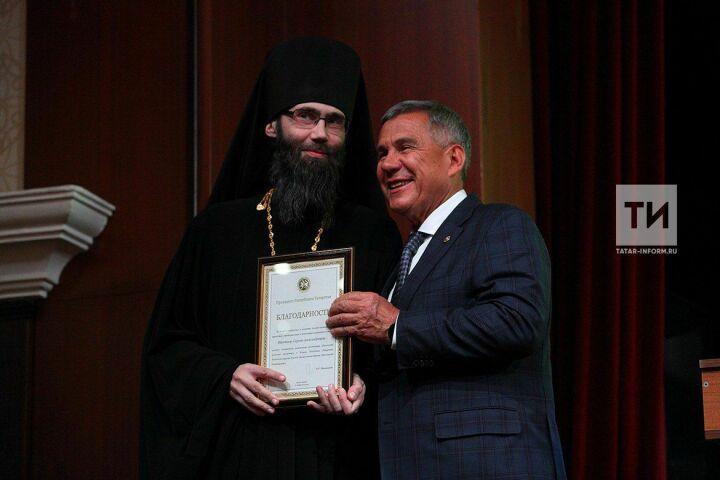 Минниханов вручил госнаграды священнослужителям направославном форуме вКазани