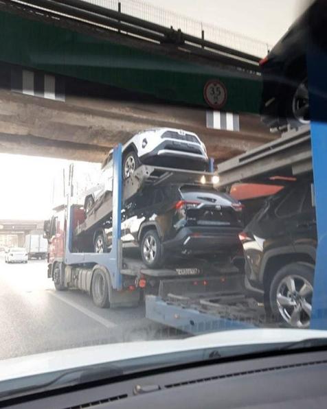 В Авиастроительном районе Казани автовоз застрял под мостом