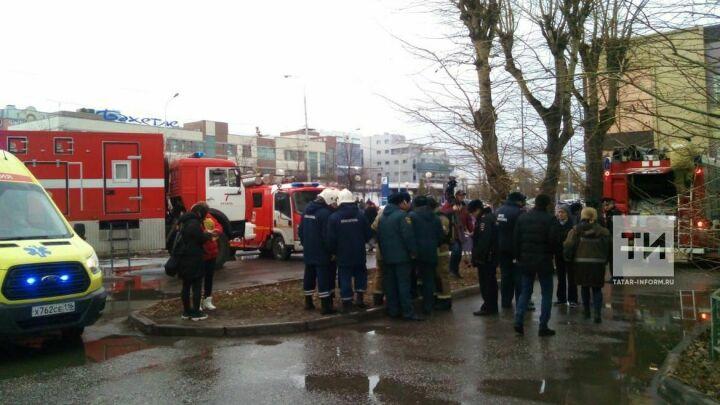 Из пожара в высотке в центре Казани спасли 13 детей, троих из них по автолестнице