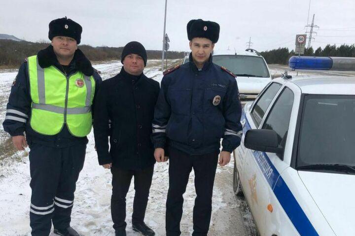 Инспекторы ГИБДД помогли водителю, в авто которого закончился бензин на трассе в РТ