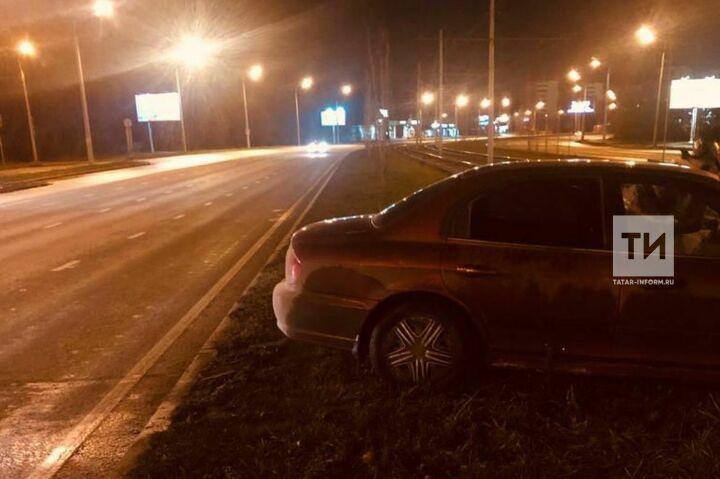 Ночью в Казани иномарка на скорости вылетела на трамвайные пути, водитель в больнице