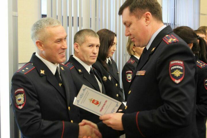 Сертификаты на жилье из рук главы МВД по РТ получили 58 полицейских