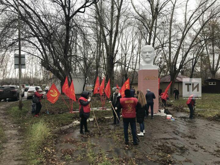 «Коммунисты России» вчесть 7ноября покрасили памятник Ленину узавода «Элекон»