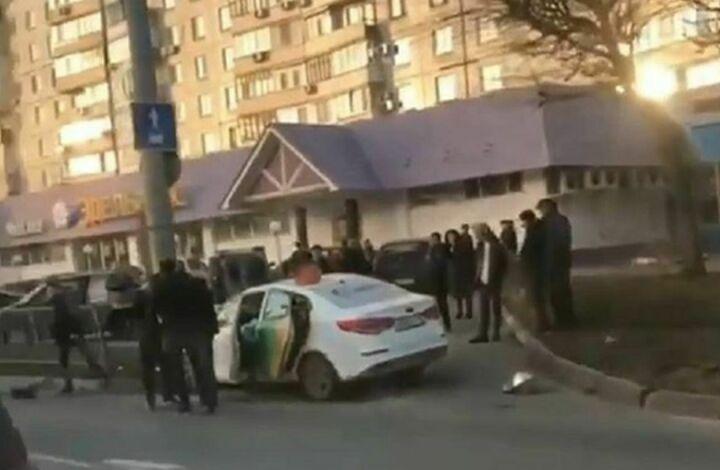 В Казани такси после столкновения с «Ладой» врезалось в столб, пассажир погиб