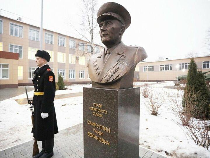 В Нижнекамске открыли памятник Герою Советского Союза Гани Сафиуллину