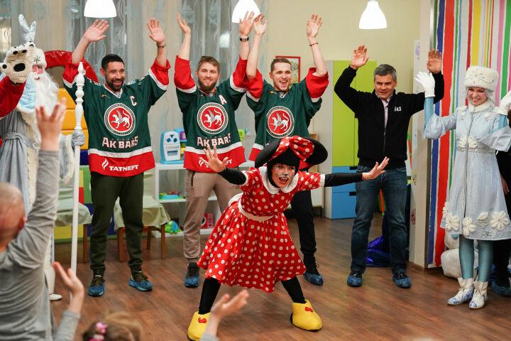 Хоккеисты «Ак Барса» вручили подарки детям с онкогематологическими заболеваниями
