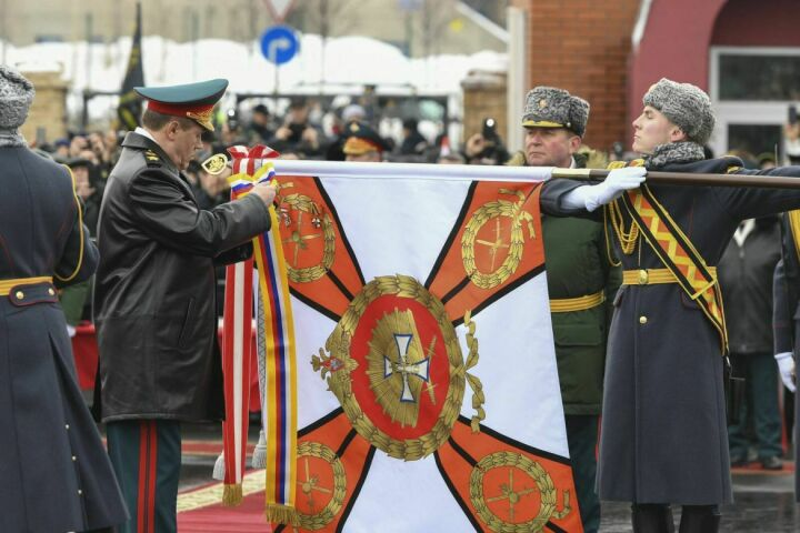 Начальник Генштаба РФ вручил орден Жукова Казанскому танковому училищу
