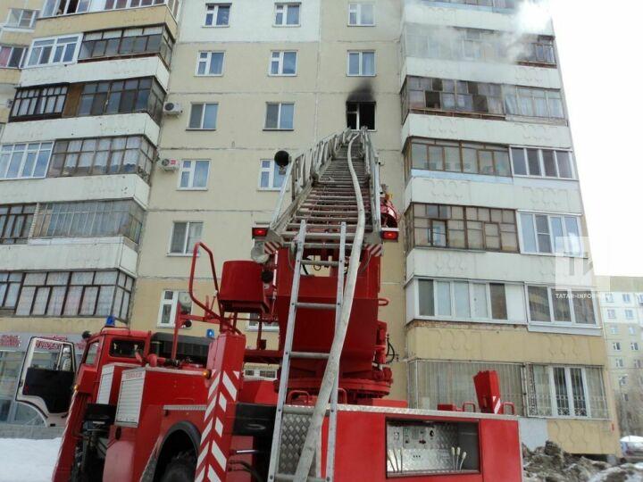 Из окна горящей квартиры в казанской девятиэтажке пожарные спасли мужчину