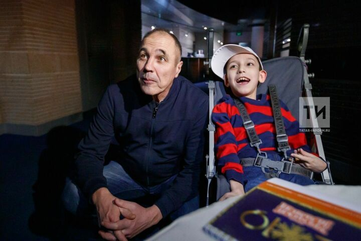 Мальчик с ОВЗ благодаря Президенту Татарстана встретился с участниками шоу «Уральские пельмени»