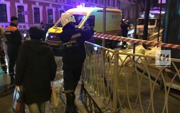 Мужчина и двухлетний малыш попали в больницы после падения снега с крыши дома в центре Казани