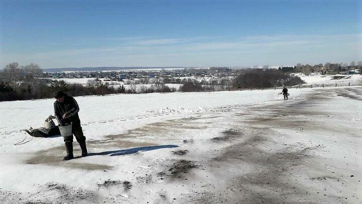 В питомниках Татарстана используют черный снег для защиты растений от весеннего солнца