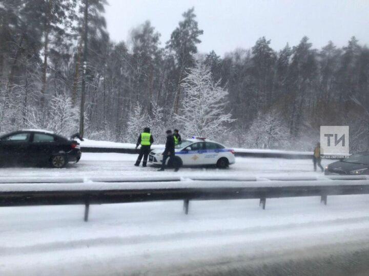 В утренней аварии на Горьковском шоссе в Казани с автобусом столкнулись восемь легковушек