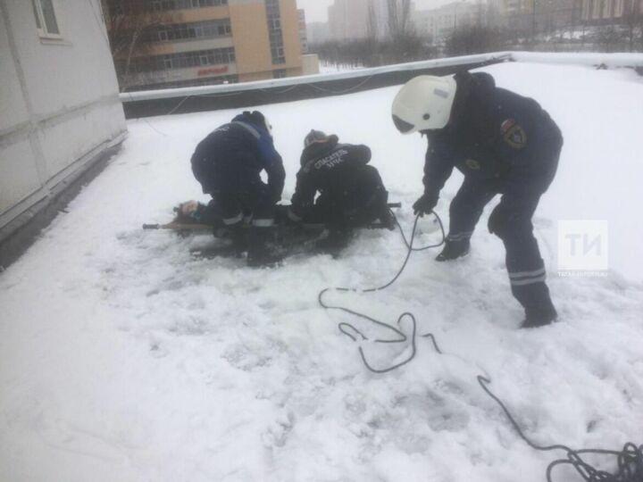 В Казани девушка выжила, выпав с девятого этажа на козырек подъезда